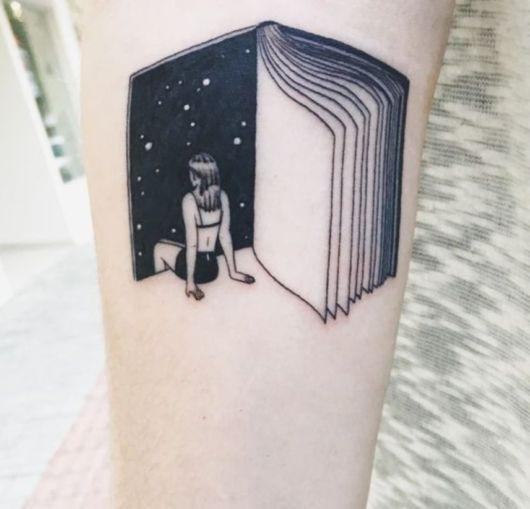 tatuagem de livros com menina