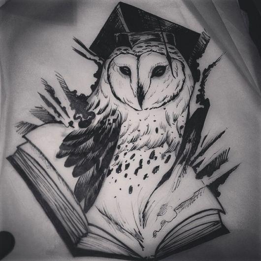 tatuagem de livros com corujas