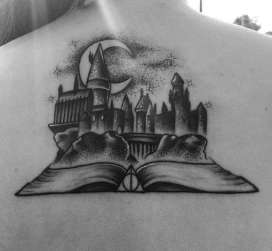 tatuagem de livros com castelo