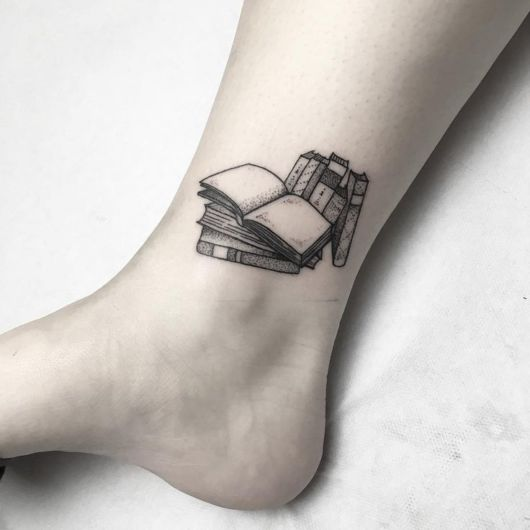 tatuagem de livros na panturrilha