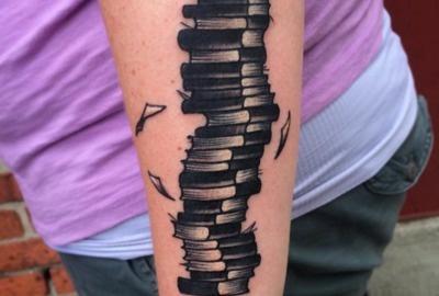 tatuagem de livros no antebraço