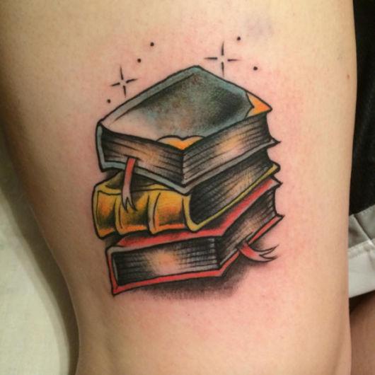 tatuagem de livros simples