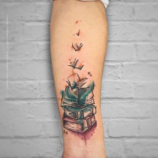 tatuagem de livros com tinta aquarela