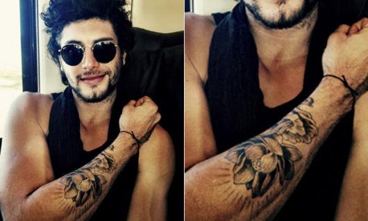 Jesus Luz tatuou uma flor toda conceitual no braço