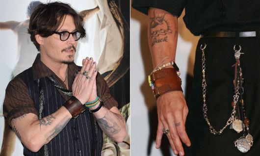 Quem também exibe uma tatuagem no braço é o ator Johnny Depp