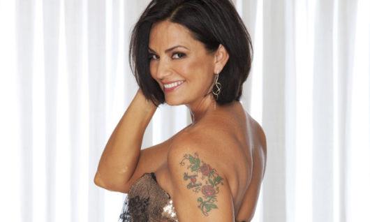 Luiza Brunet e sua tattoo de flores coloridas