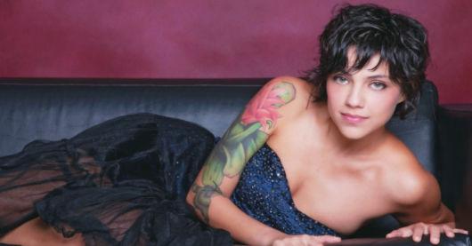 A atriz Letícia Persiles apostou em uma tattoo colorida