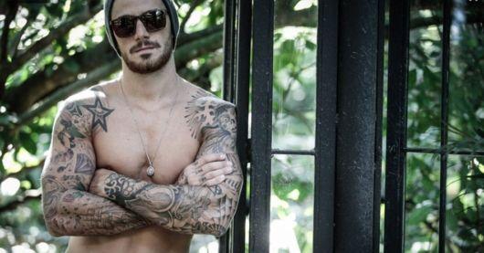 Quem também tem o braço todo fechado de tatuagens é o ator Felipe Tito