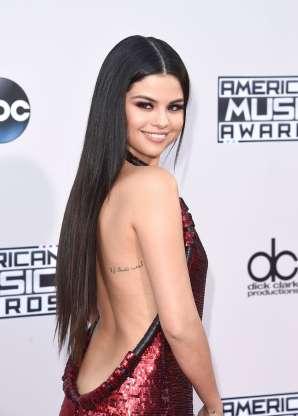 """""""Ame a você primeiro"""", tatuagem em árabe de Selena Gomez"""