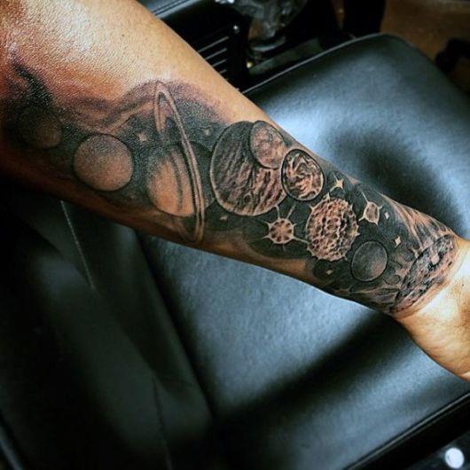 A tatuagem de planetas sombreada também é uma ótima opção!