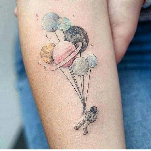 Olha só que lindo esse desenho do astronauta com os planetas como se fosse um balão