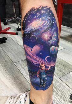 As tatuagens coloridas também se destacam, sobretudo na panturrilha