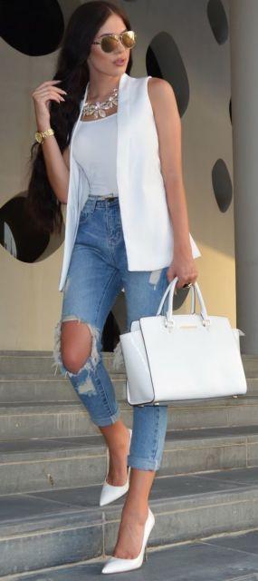 Foto de mulher com calça jeans destroyed e colete branco.