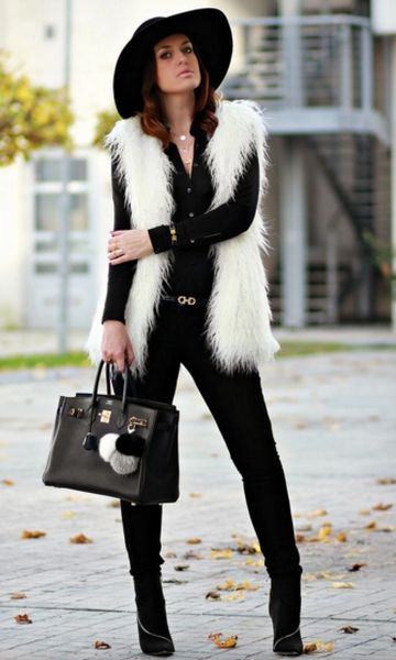 Look todo preto com apenas o colete branco.