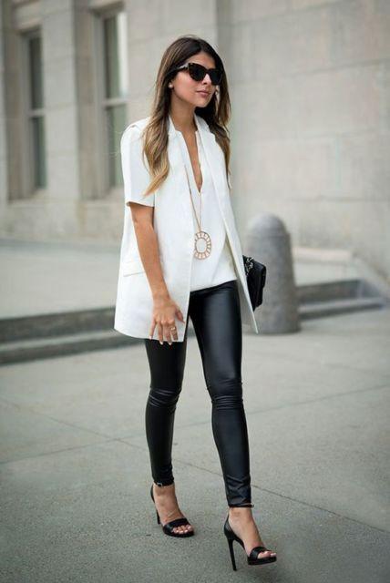 Mulher com calça preta, camiseta e colete branco.