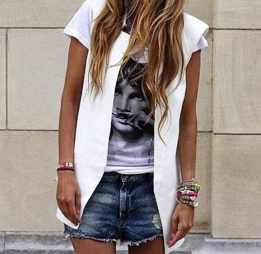 Shorts jeans, t-shirt e colete branco.