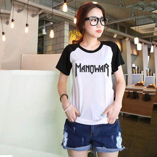 camiseta raglan feminina com short jeans curto