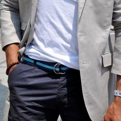 Cinto de lona azul para um look casual