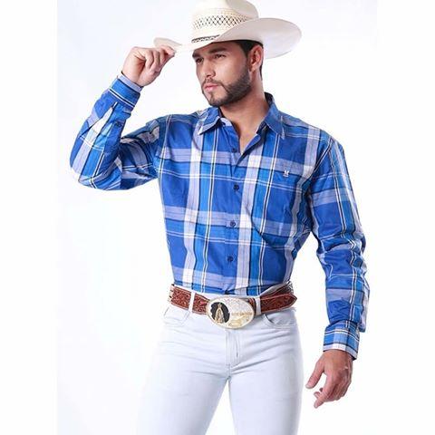 Cinto country marrom com calça branca e camisa azul
