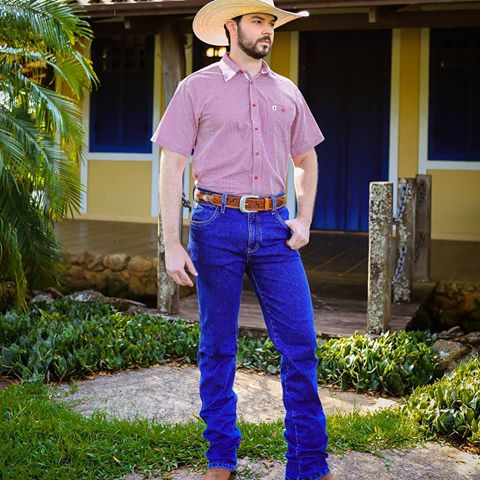 O jeans combina bem com o cinto marrom