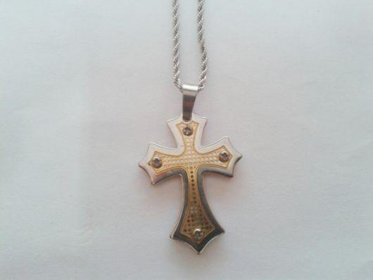 O formato diferente da cruz dá um toque conceitual ao acessório