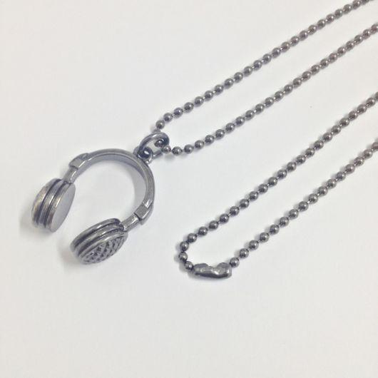 Linda corrente masculina prata com pingente que pode ser dada de presente para uma pessoa especial