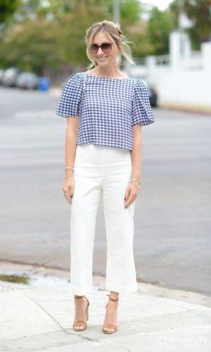 look calça branca com sandália