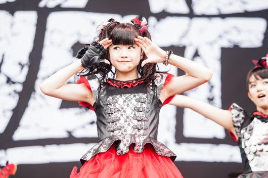 estilo kawaii com roupa preta e vermelha