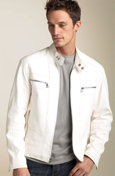 Jaqueta branca combina também com camiseta cinza