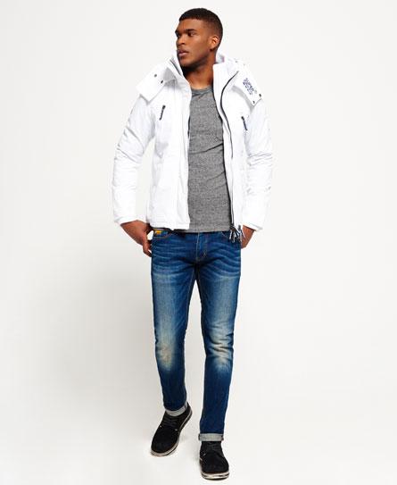 Jaqueta branca masculina + camiseta cinza + jeans