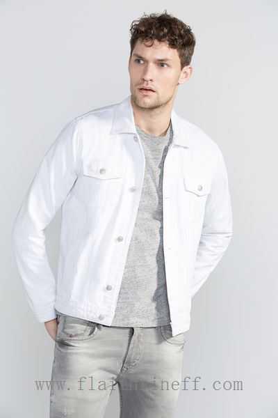 Uma boa composição da jaqueta com peças em cinza claro