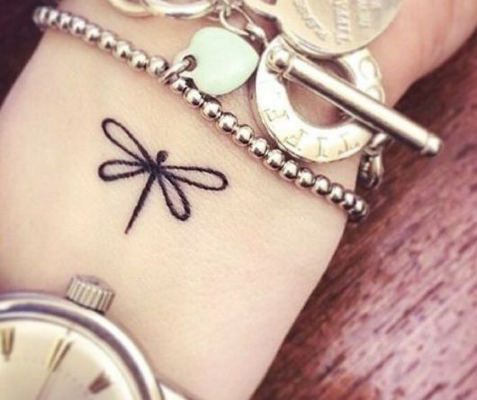 Tatuagem de libélula.