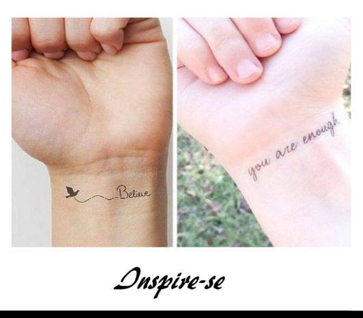 tatuagens escritas, no pulso.
