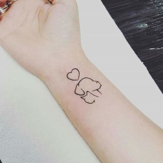 tatuagem de cão e gato com coração.