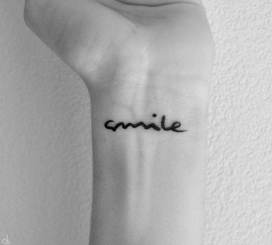 tatuagem no pulso escrita smile.