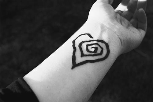 tatuagem de coração com alvo no meio.