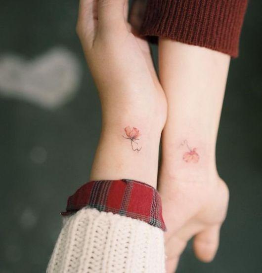 tatuagens de traço fino no pulso.