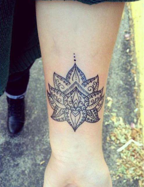 tatuagem no pulso de flor de lótus.