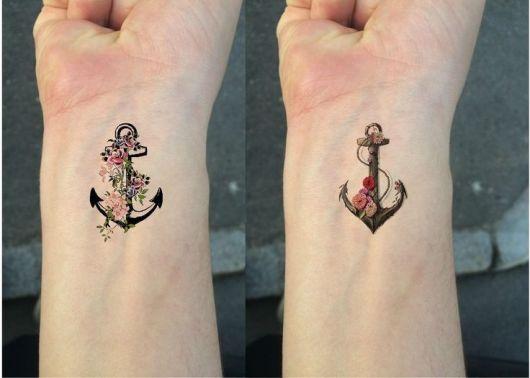 tatuagem de âncora com flores coloridas.
