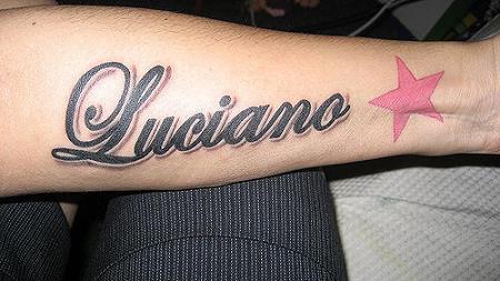 Tattoos grandes e sombreadas também são comuns