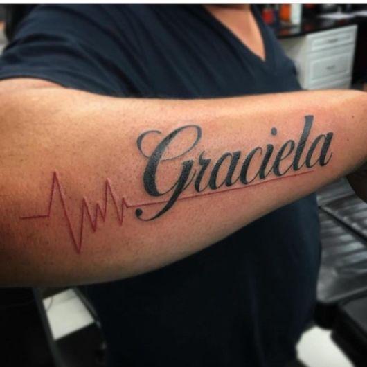 Tatuagem grande e sombreada com detalhe vermelho