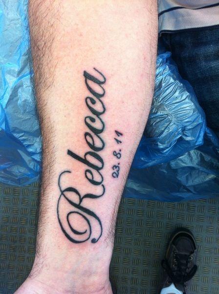 Os rapazes adoram fazer tatuagem com nomes grande