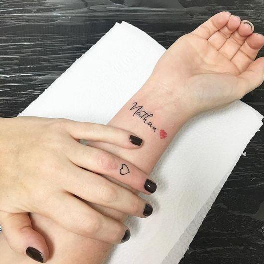 Tatuagem com nome e coração no pulso