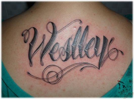 Tatuagem grande com uma fonte bem descolada