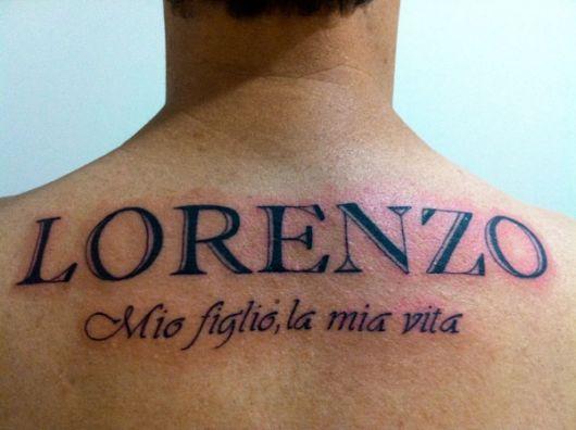 Além do nome, você pode tatuar uma frase ou expressão também