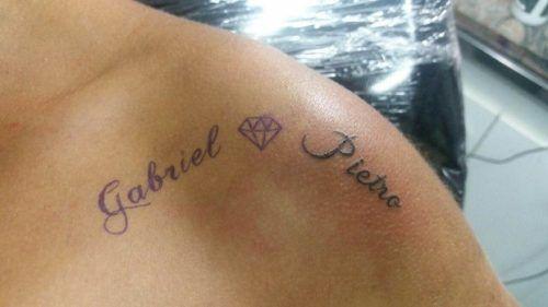 Nome do filho com uma coroa, desenho convencional em tattoos desse tipo