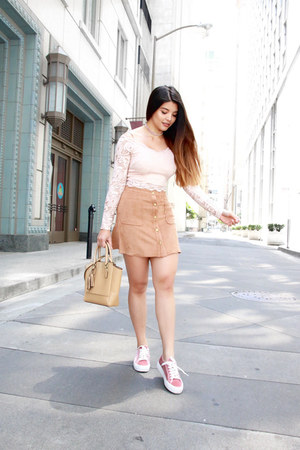 look com tênis rosa claro