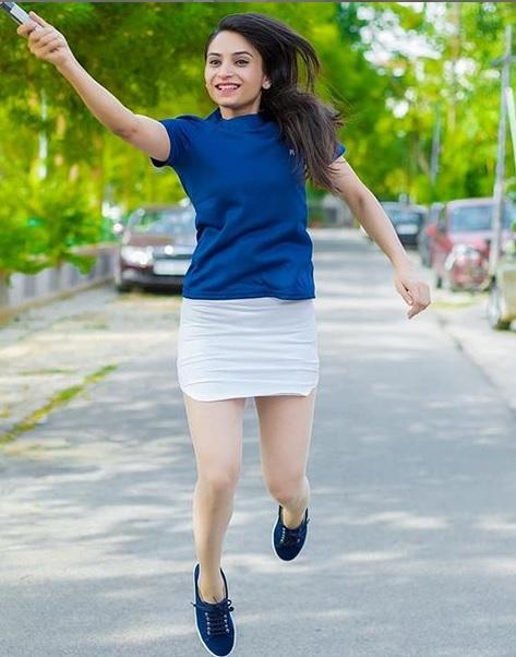 tênis azul com saia