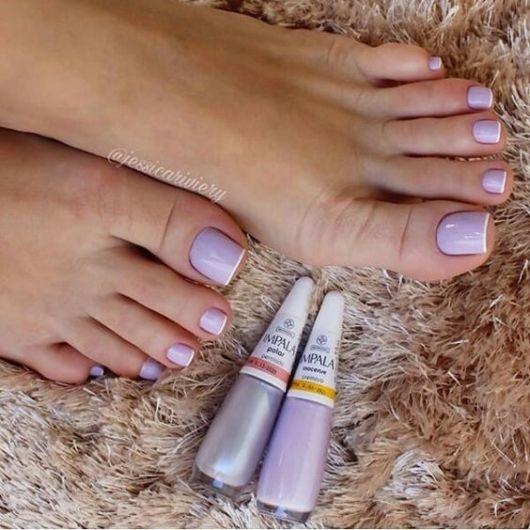 esmalte lilás pés