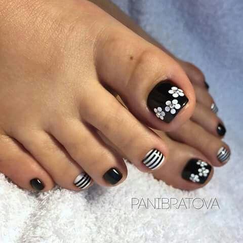 unhas do pé preto e branco